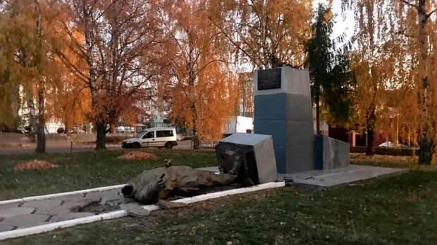 На Украине уронили и обезглавили памятник Чапаеву