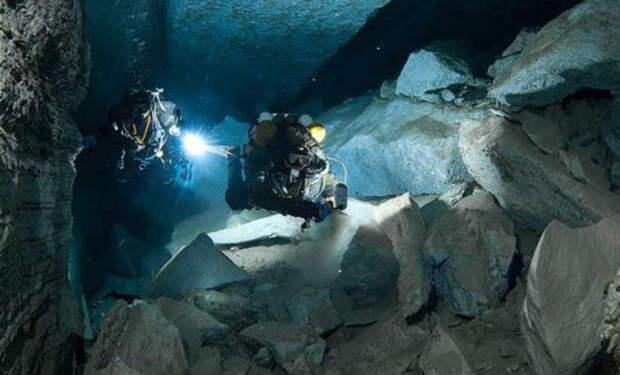 Камера погрузилась в подводный мир Ординской пещеры. Она считается самой крупной в мире