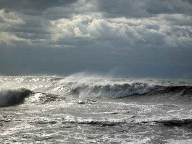Штормовое предупреждение на Азовском море, 2х метровые волны