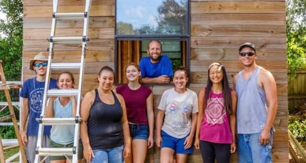 В создании крошечного дома Робу Гринфилду помогали друзья и единомышленники.   Фото: robgreenfield.tv.