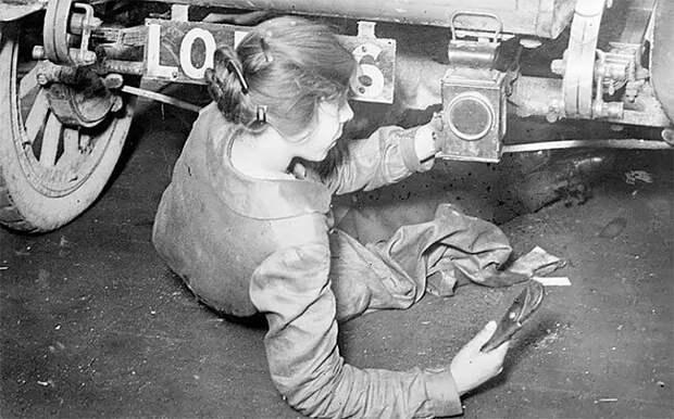 Женщина-автомеханик чинит автомобиль, 1917 г. 20 век, автомеханик, женщина 20 век, женщина и авто, женщина и машина, механики, ретро фото, старые фото