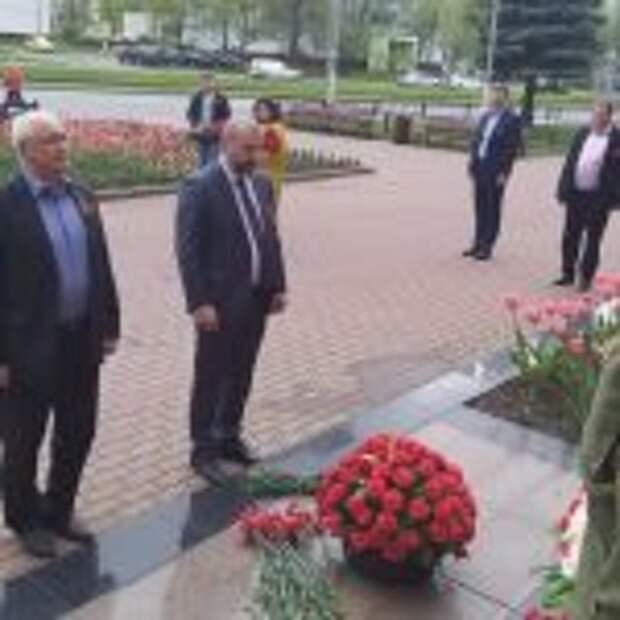К мемориалам воинской славы в Северном Тушине возложили цветы