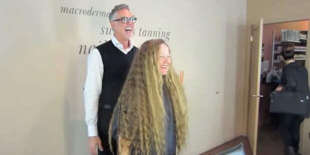 Женщина отрезала свои длинные волосы в 56 лет и стала великолепной красоткой