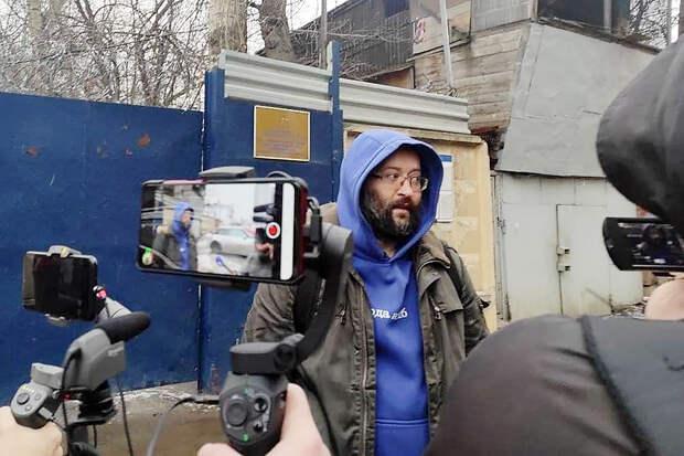Спецкор «Новой газеты» Илья Азар вышел на свободу после 15 суток ареста