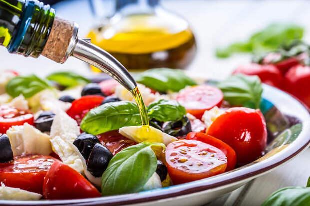 Ароматное масло используют для приготовления салатов, супов, заправок, блюд из мяса, рыбы, овощей и так далее