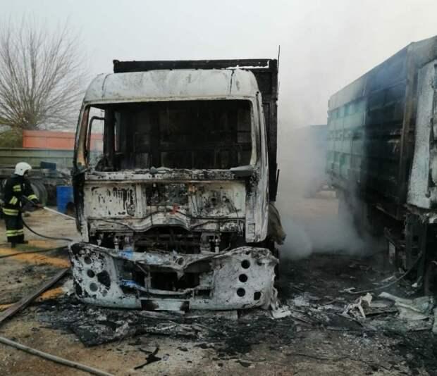 В Первомайском районе Крыма сгорели два грузовика