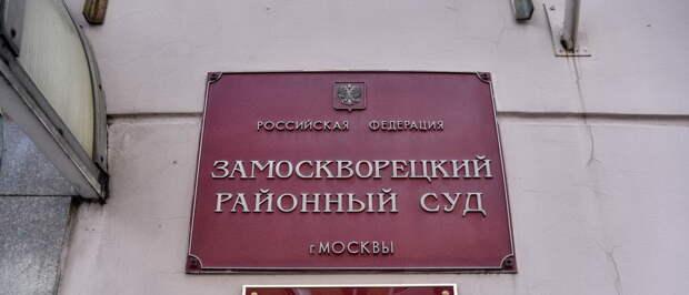 Российский суд временно передумал высылать комика, оскорбившего русских