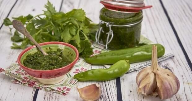Аджика из петрушки - необыкновенно вкусная и очень пикантная приправа к любому блюду!