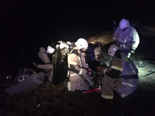 В лобовом столкновении автомобилей на трассе в Крыму пострадали 2 человека