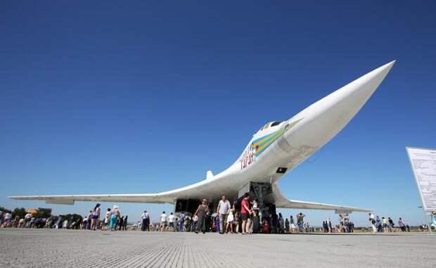 На фото: сверхзвуковой стратегический бомбардировщик-ракетоносец Ту-160