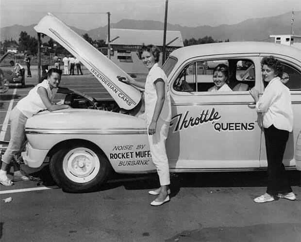Участницы клуба Throttle Queens готовятся к гонке, 1956 г. 20 век, автомеханик, женщина 20 век, женщина и авто, женщина и машина, механики, ретро фото, старые фото