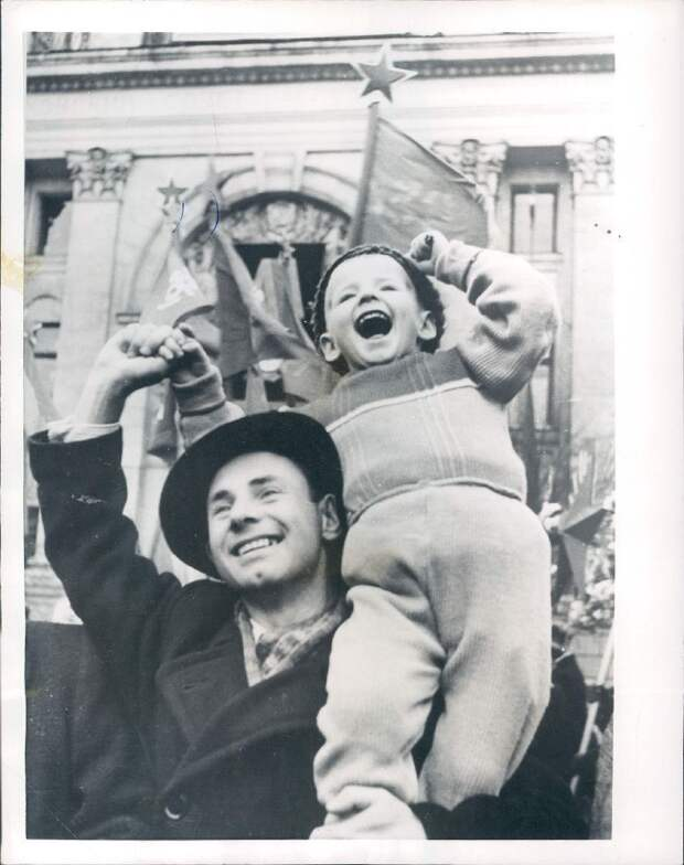 1954. Москва. Отец и сын празднуют годовщину Октябрьской революции