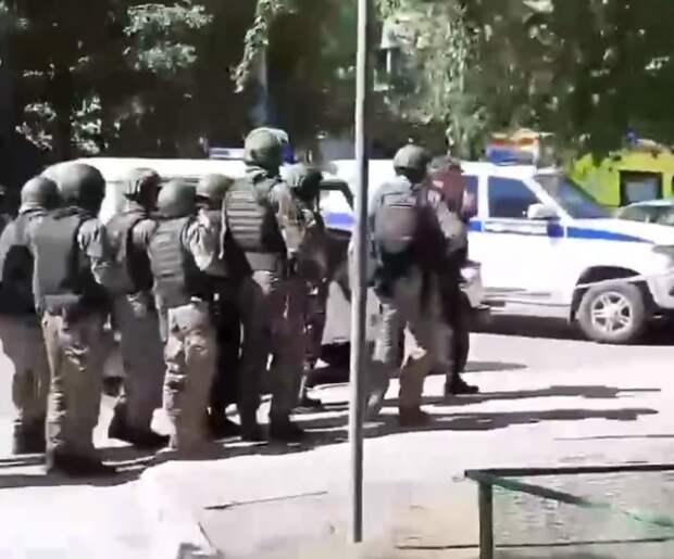В Тюмени мужчина захватил заложников в банке