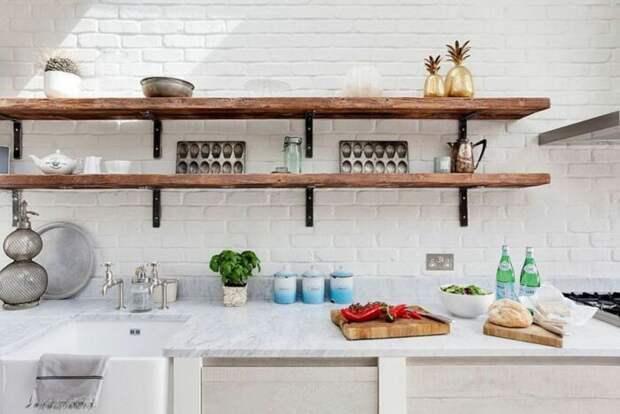 Массивные полочки вместо верхних шкафов кухни. /Фото: i.pinimg.com