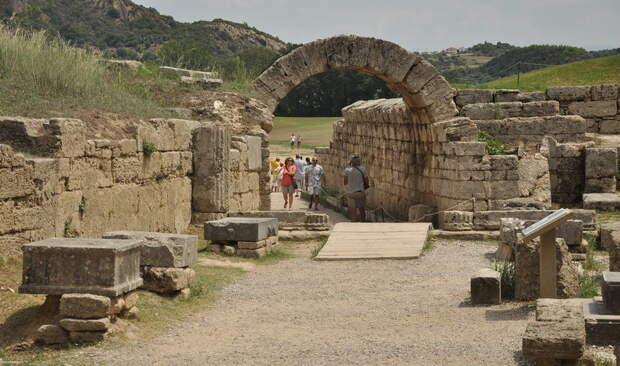Вход на стадион Олимпии. По обе стороны дороги стоят постаменты статуй победителей игр - Большие игры Древней Греции | Warspot.ru