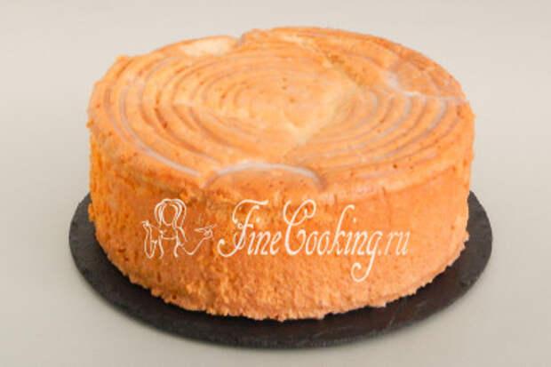 Аккуратно перекладываем нежнейший бисквит на плоское блюдо - у меня это сланцевая доска
