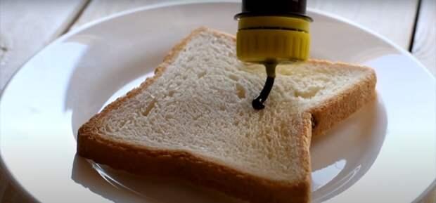 Небольшая доработка пластиковой крышки и удобная бутылка для соуса будет всегда под рукой. /Фото: youtube.com
