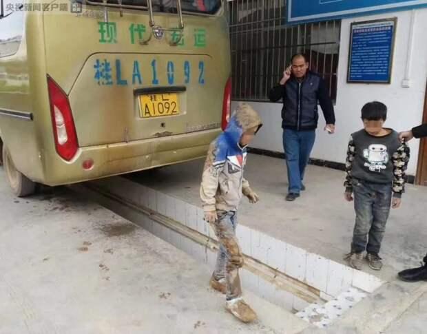 Дети три часа ехали под днищем автобуса чтобы встретиться с родителями авто, автобус, безбилетник, дети, история, китай, проезд, родители