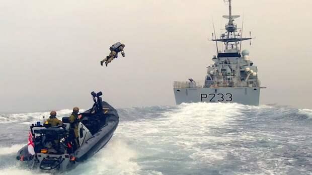 Британцы отработали захват военного корабля при помощи реактивного ранца