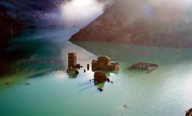 Город был под водой 70 лет: руины решили осушить и обыскать дома