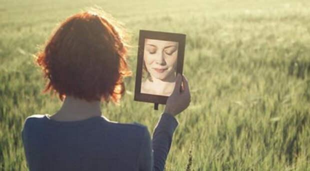 Чего нельзя делать перед зеркалом, согласно приметам