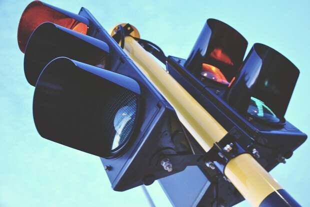 «Пьяный» светофор на пересечении Покровской и Недорубова проверят