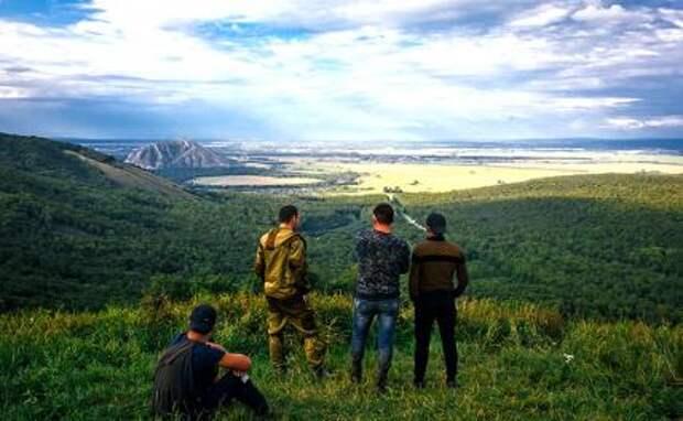 На фото: активисты, выступающие против разработки горы (шихана) Куштау Башкирской содовой компанией, на горе Куштау.