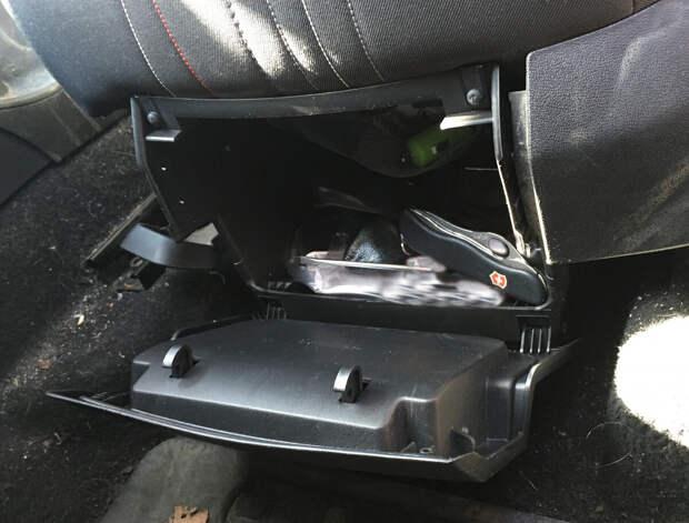Обнаружил в своём автомобиле скрытый бардачок. Оказалось, что он есть на многих моделях