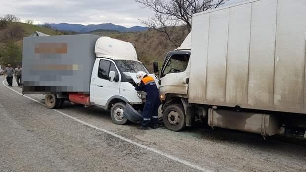 Под Судаком столкнулись два грузовых автомобиля. Есть пострадавшие