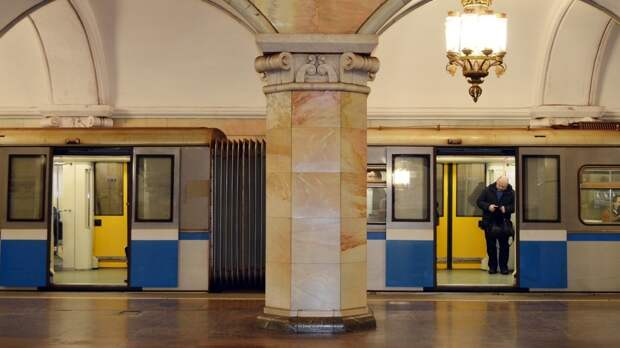 Пассажира московского метро избили за случайный толчок на эскалаторе