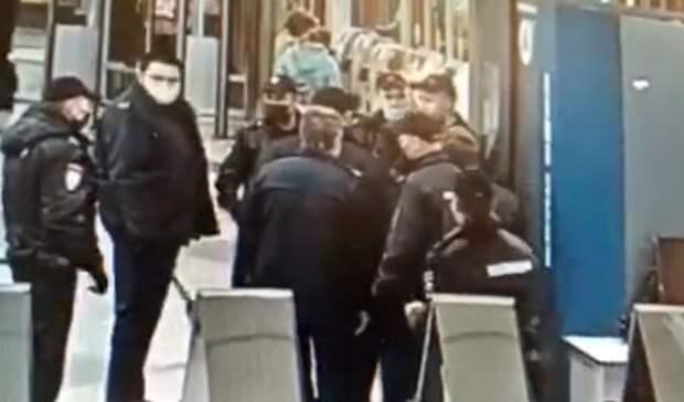 Вметро Санкт-Петербурга толпа полицейских жестко скрутила пассажира без маски