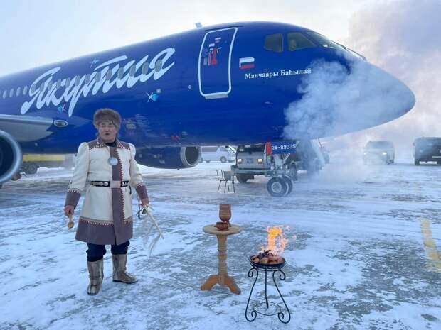 Якутский шаман благословил самолет SSJ-100 с помощью перьев, огня и колокольчика