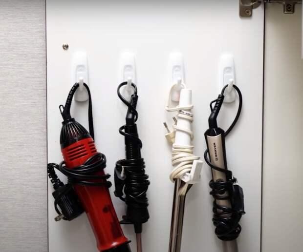 С таким расположением приборов для красоты можно освободить дополнительное место в шкафу. /Фото: youtube.com