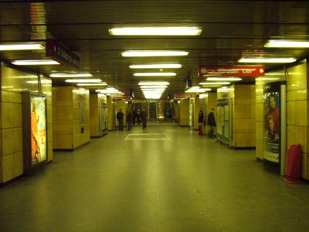 https://upload.wikimedia.org/wikipedia/commons/a/a2/De%C3%A1k_Ferenc_t%C3%A9r%2C_metro_M2_Budapest.JPG