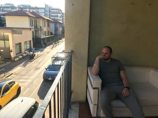 Сижу на веранде отеля, рука приятно пахнет