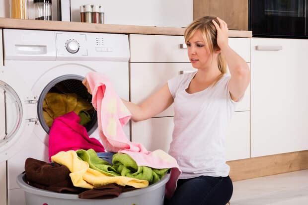 Причины появления желтых пятен на белой одежде после стирки