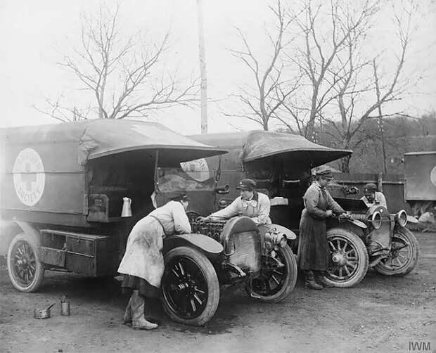 Добровольцы из отряда VAD чистят машины военной автоколонны. Этапле, Франция, январь 1918 г. 20 век, автомеханик, женщина 20 век, женщина и авто, женщина и машина, механики, ретро фото, старые фото
