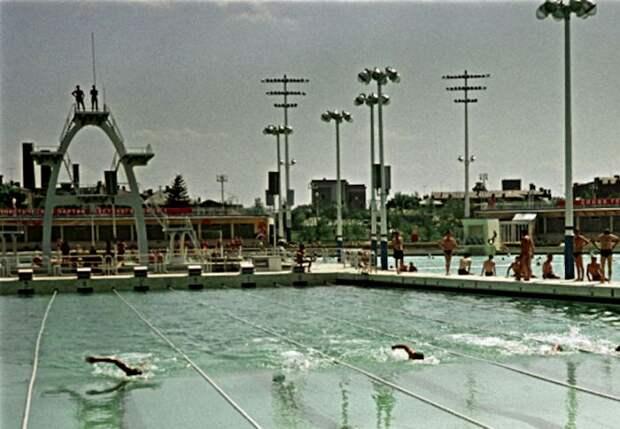 Бассейн был излюбленным местом отдыха для москвичей. /Фото: metronews.ru