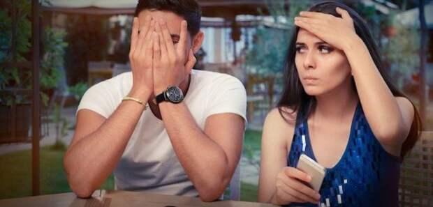 парень сидит рядом с девушкой, закрыв лицо руками