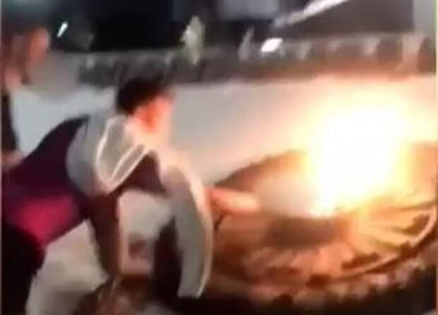 Подростки, прикурившие от Вечного огня в Севастополе, заплатят штрафы и уберут территорию