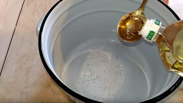 В горячую воду необходимо добавить растительное масло / Фото: motostar.pp.ua