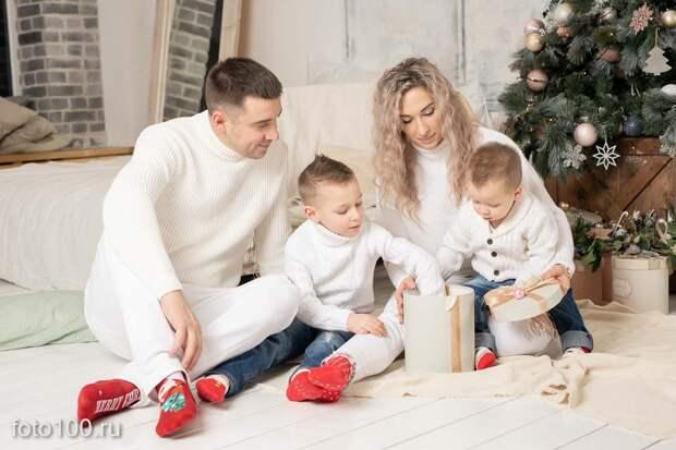 Семейная фотосессия в новогоднем интерьере