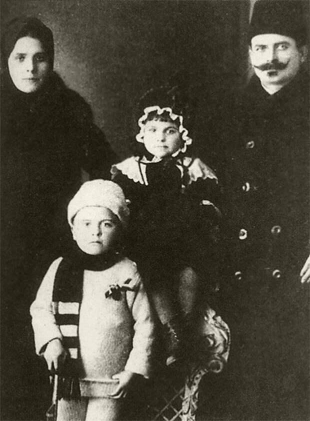 Александр Маринеско (на переднем плане) с родителями и сестрой Валентиной, 1910-е годы