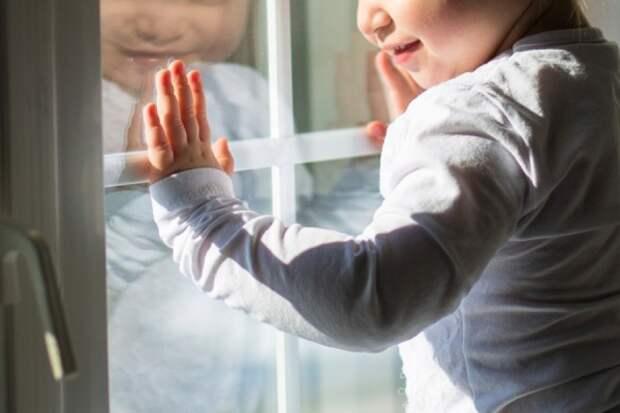 Пятилетний ребёнок так хотел к маме, что выпал из окна (ВИДЕО)