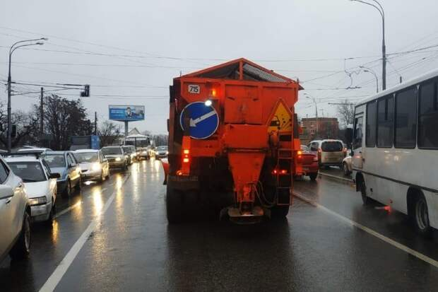 Из-за погоды на улицы Краснодара вновь вышла спецтехника