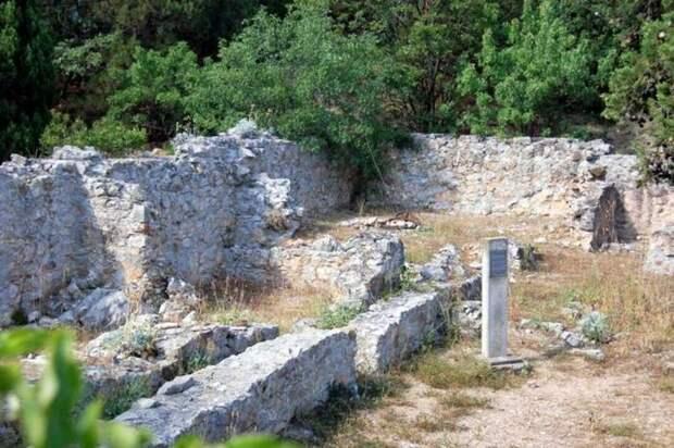 Сохранившаяся часть стен римского форта Харакс в Ялте. Современное фото.
