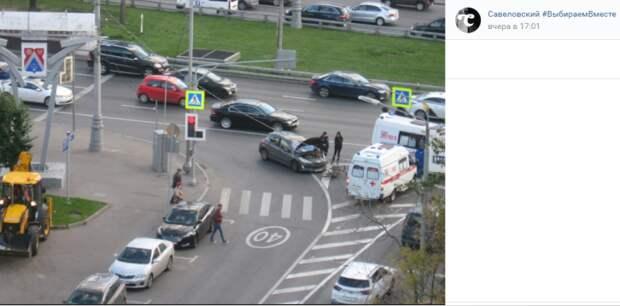 На пешеходном переходе в Савеловском столкнулись автомобиль и велосипед