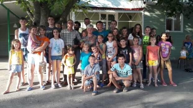 Групповое фото семьи Сорокиных на 65-летнем юбилее Татьяны Сорокиной