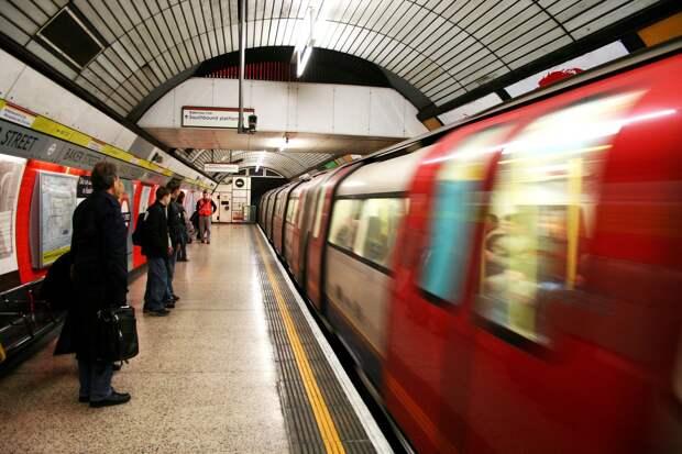В Лондоне двое неизвестный распылили слезоточивый газ в метро