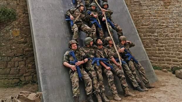 Французские биатлонисты, включая старшего Фуркада, провели военные сборы вморском пехотном полку